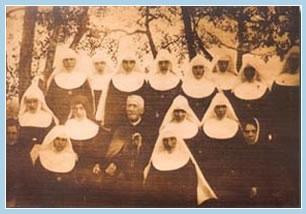 Grunnleggeren på slutten av sitt liv blant sine åndelige døtre (søstre i det originale antrekket)